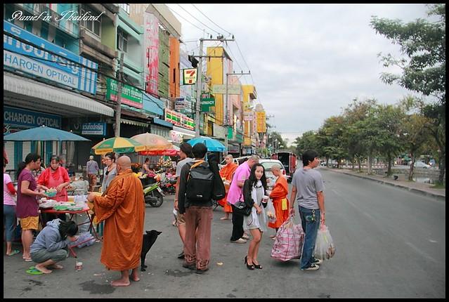 【泰國清邁】Somphet Market 體會泰國傳統市場風情以及感受獨特僧侶化緣文化 @小盛的流浪旅程