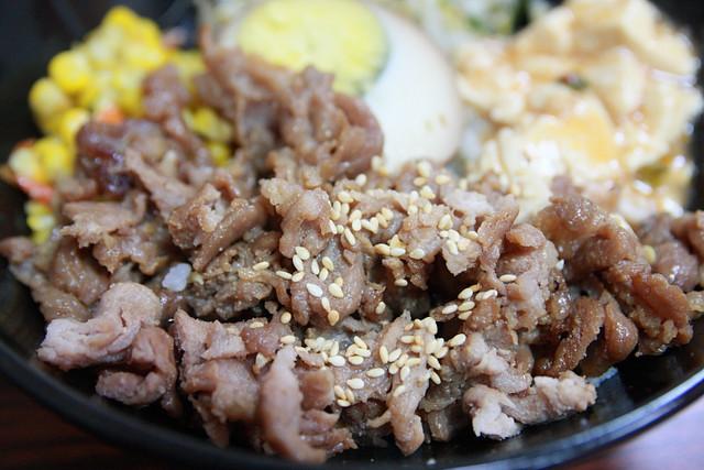 [高雄苓雅] 京棧烤肉飯 香氣遠播的飄香烤肉飯 @小盛的流浪旅程