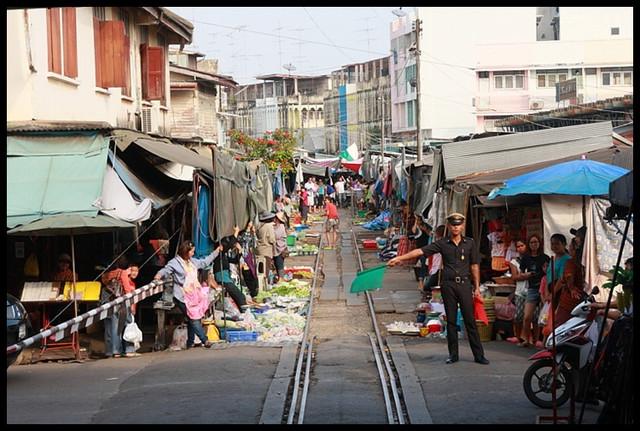 【泰國夜功】Maeklong鐵道市場三部曲 鐵道市場終極探險(差點無法見江東父老XD) @小盛的流浪旅程